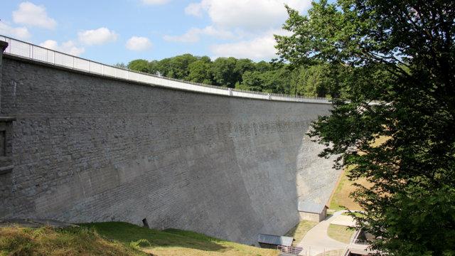 Herbringhauser Talsperre, sanierte Luftseite der Mauer